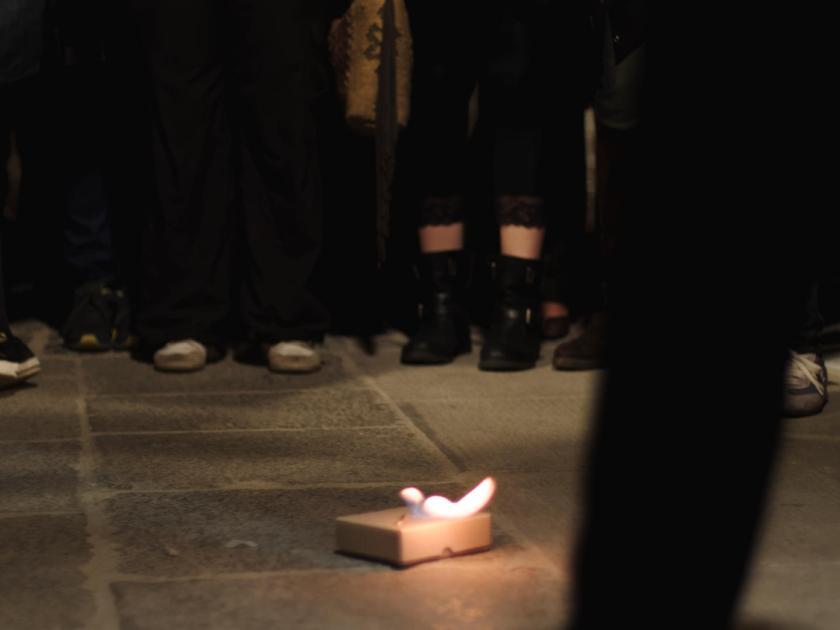 """La Felguera Editores quemando una ofrenda a """"El Cura Merino"""" en la Plaza Mayor de Madrid. Fotógrafo: Luis F. Roncero."""