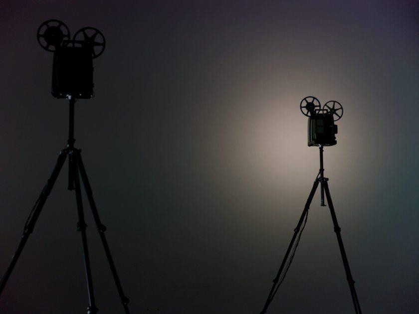"""Siluetas de proyectores de Super8. Martin Messier """"Projectors"""". Performance audiovisual en el Centro de Arte Dos de Mayo. Fotografía de Luis F. Roncero."""