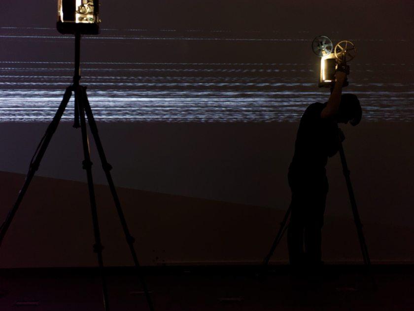 """Martin Messier en pleno desarrollo de la obra """"Projectors"""". Performance audiovisual en el Centro de Arte Dos de Mayo. Fotografía de Luis F. Roncero."""