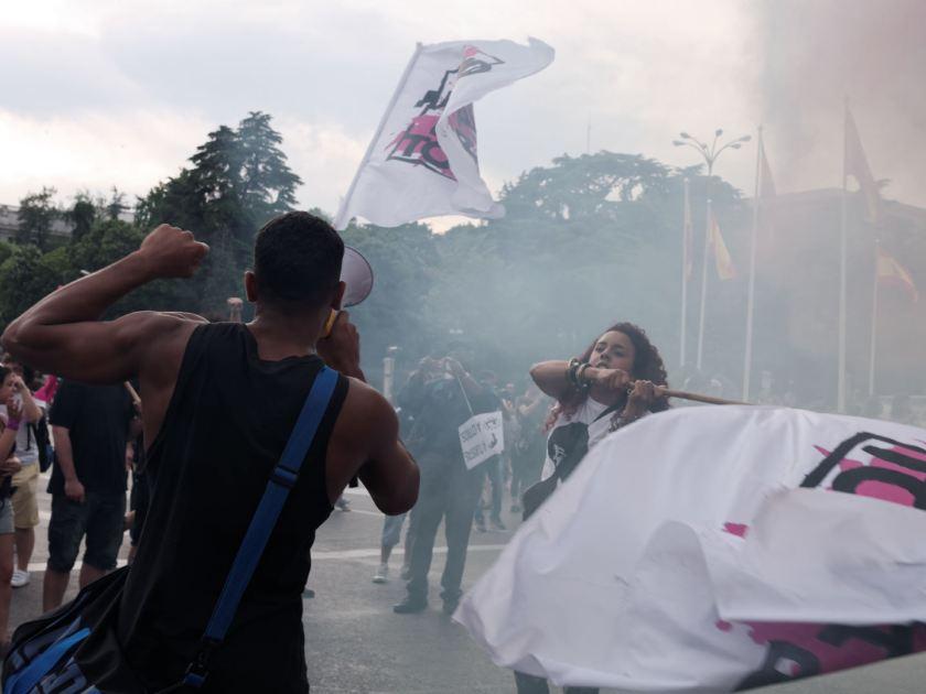 """Banderas en manifestación antifascista. """"Madrid para todas"""" Manifestación antifascista contra la discriminación, el racismo y el Hogar Social de Madrid. Fotografía de Luis F. Roncero."""