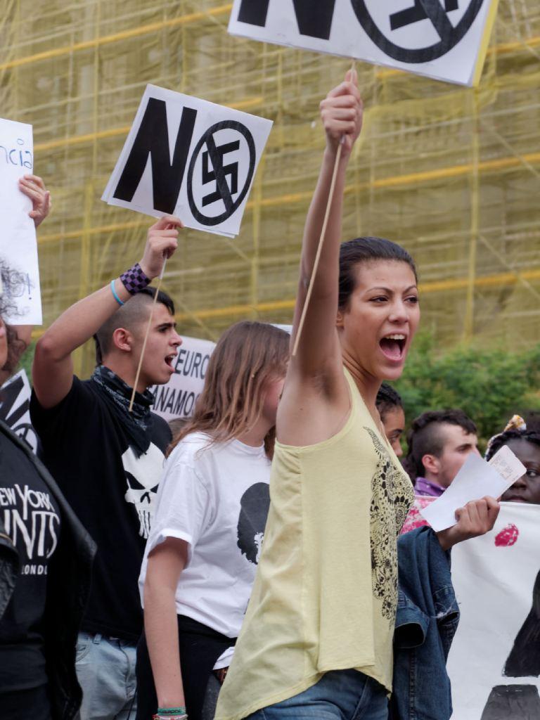 """Manifestante antifascista con el puño en alto. """"Madrid para todas"""" Manifestación antifascista contra la discriminación, el racismo y el Hogar Social de Madrid. Fotografía de Luis F. Roncero."""
