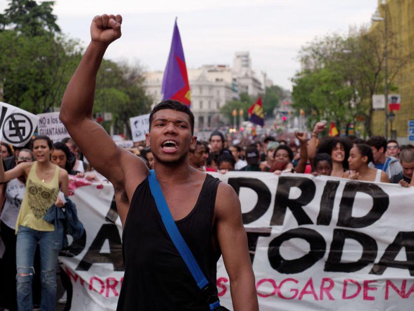 """Manifestante con el puño en alto. """"Madrid para todas"""" Manifestación antifascista contra la discriminación, el racismo y el Hogar Social de Madrid. Fotografía de Luis F. Roncero."""