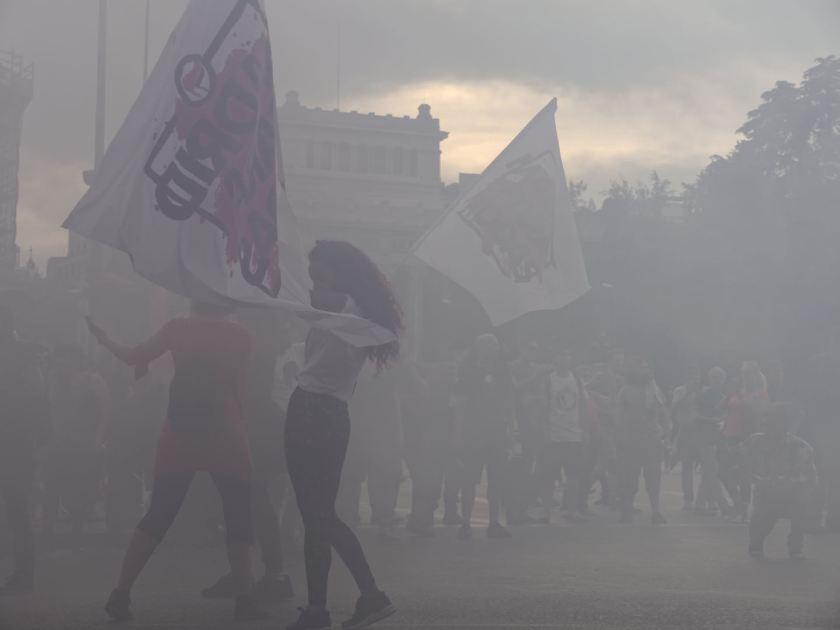 """Manifestantes antifascistas en la Plaza de Cibeles. """"Madrid para todas"""" Manifestación antifascista contra la discriminación, el racismo y el Hogar Social de Madrid. Fotografía de Luis F. Roncero."""