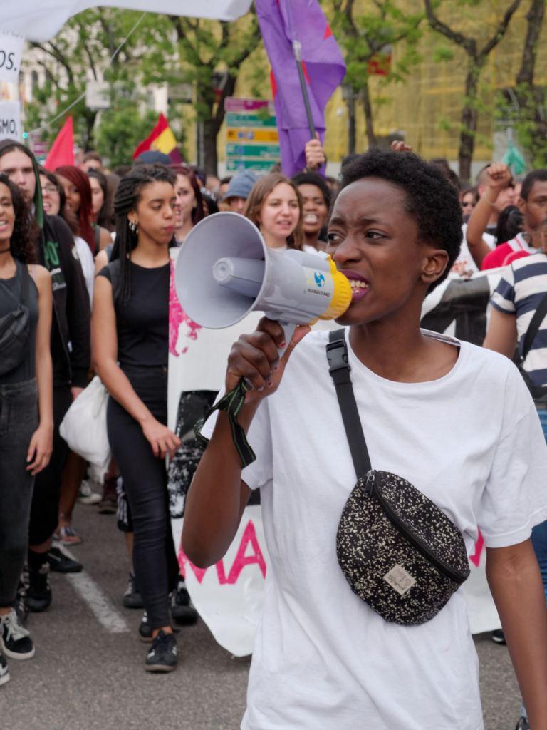 """Mujer con megáfono. """"Madrid para todas"""" Manifestación antifascista contra la discriminación, el racismo y el Hogar Social de Madrid. Fotografía de Luis F. Roncero."""