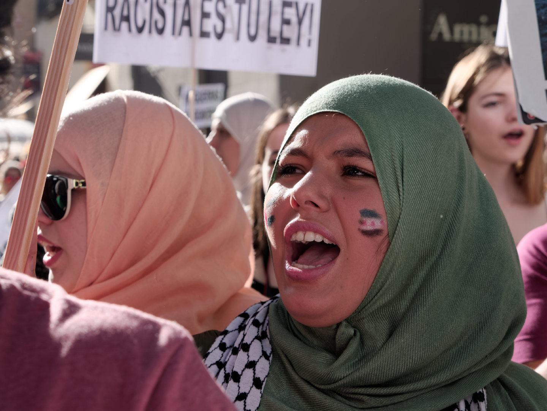 Mujer con hijab pro Palestina en manifestación en Madrid celebrando el Día Mundial del Refugiado. Fotografía de Luis F. Roncero.