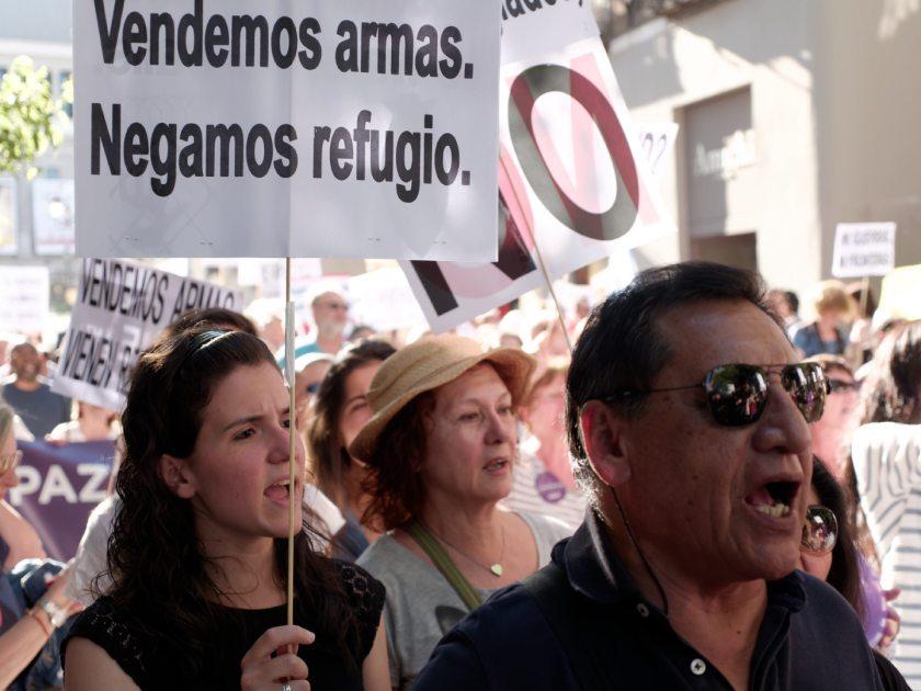 """Pancarta con el lema """"Vendemos Armas. Negamos refugio"""". Manifestación en Madrid celebrando el Día Mundial del Refugiado. Fotografía de Luis F. Roncero."""