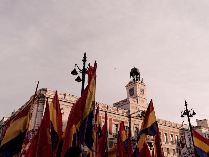 Banderas republicanas con el reloj de la Puerta del Sol al fondo. Manifestación para el referendum sobre la Monarquía Española. Fotografía de Luis F. Roncero.
