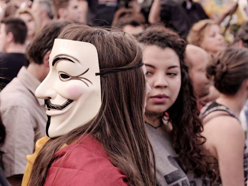 Chicas manifestándose con una máscara de V de Vendetta. Manifestación para el referendum sobre la Monarquía Española. Fotografía de Luis F. Roncero.