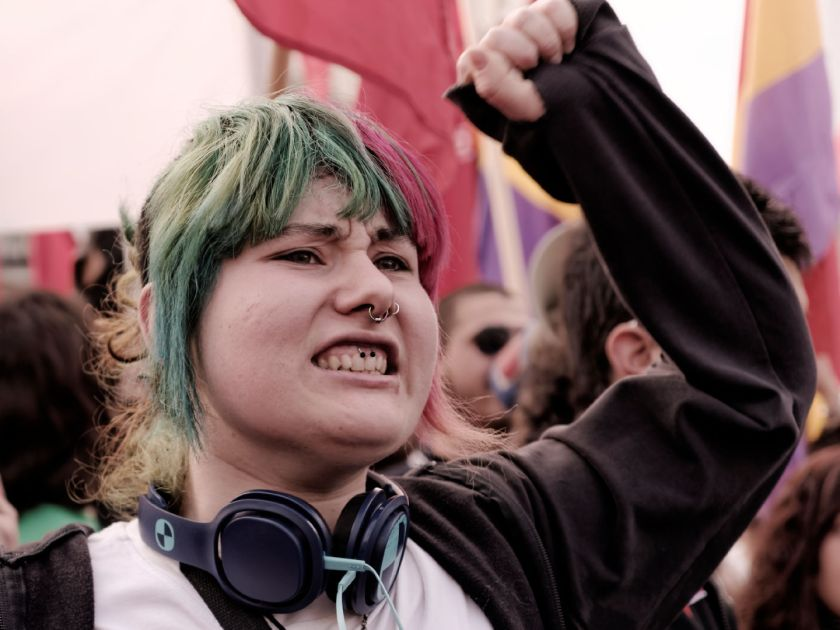 Chica manifestándose por el proceso constituyente tras la abdicación del rey de España. Manifestación para el referendum sobre la Monarquía Española. Fotografía de Luis F. Roncero.