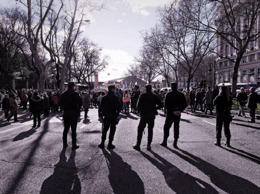 Policía al inicio de la manifestación. El Tren de la Libertad. Manifestación contra la Ley Gallardón del Partido Popular. Fotografía de Luis F. Roncero.