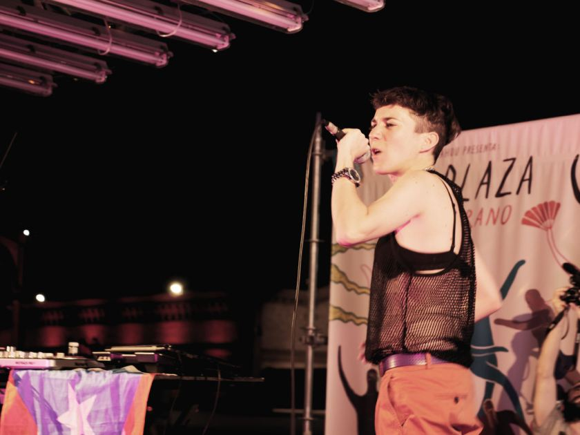 Romina Bernardo aka. Chocolate Remix rapeando al micrófono en Matadero Madrid. Fotografía de Luis F. Roncero.