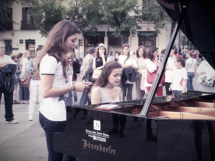 Chicas del Barrio de Salamanca tocan el piano. Un evento organizado en la Calle Serrano por la Fundación Jesús Serra. Fotografía de Luis F. Roncero.
