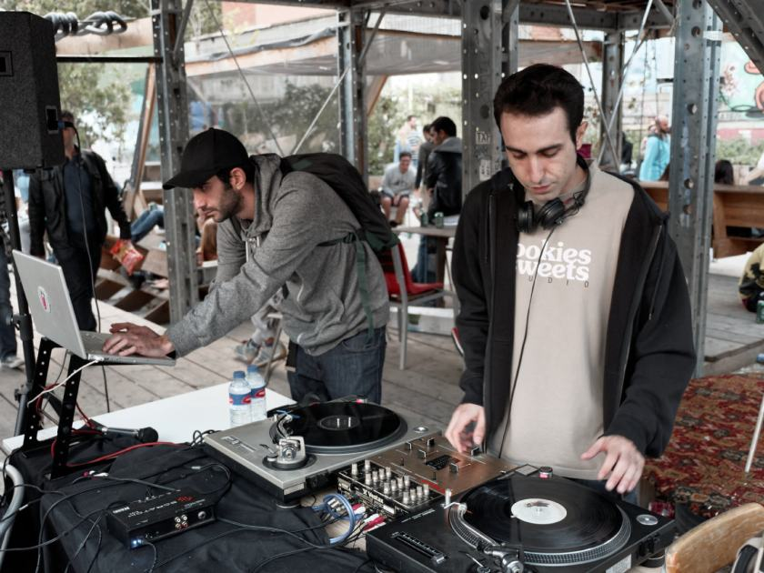 Dj Saum pinchando vinilo. La Latina Block Party en El Campo de Cebada, Madrid. Fotografía de Luis F. Roncero.