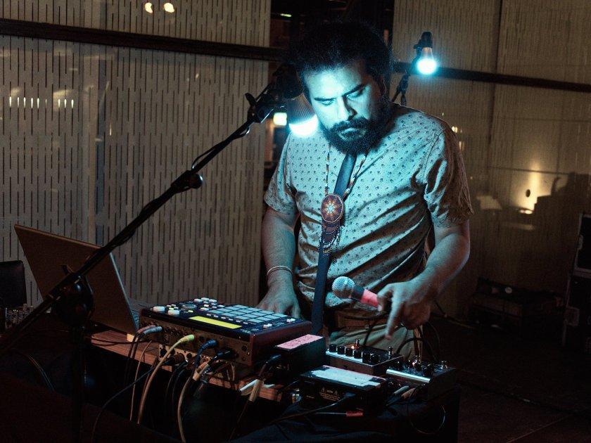 Helado Negro: Música electrónica en directo en el Museo Reina Sofía de Madrid. Fotografía de Luis F. Roncero.