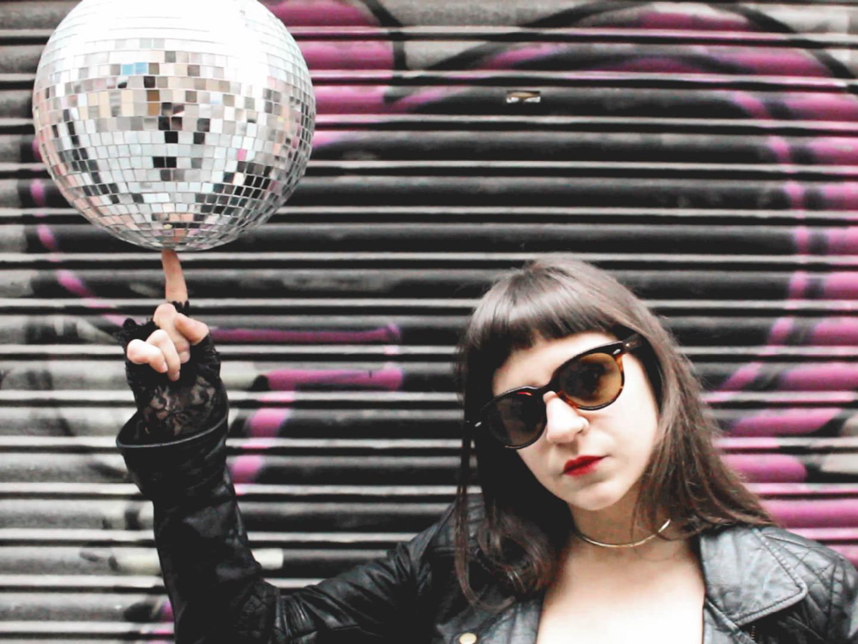 María Guillou en un fotograma del videoclip Instagram del grupo Cumbres Burrascosas. Fotografía de Luis F. Roncero.