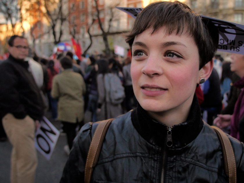 Mujer joven entrevistada en un trabajo de videoperiodismo durante las Marchas de la Dignidad en Madrid. Fotografía de Luis F. Roncero.