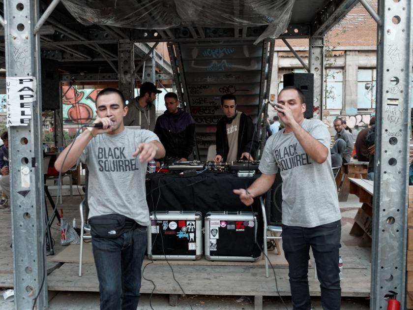 DJ Saum, Nársil & Senc Godard rapeando en directo. La Latina Block Party en El Campo de Cebada, Madrid. Fotografía de Luis F. Roncero.