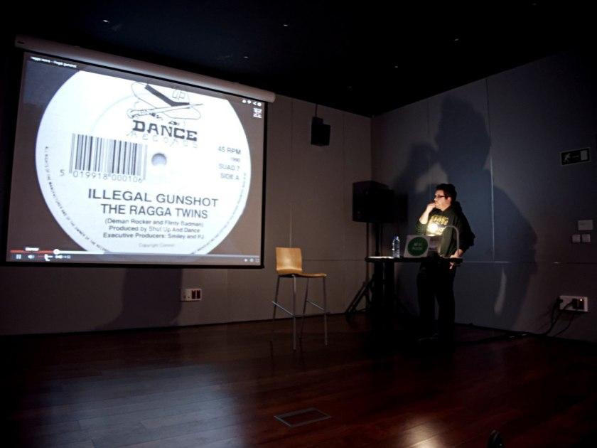 Isidro López, de Ecos del Gueto, en una conferencia sobre los sonidos de los barrios en La Casa Encendida durante el Festival Volumen. Fotografía de Luis F. Roncero.