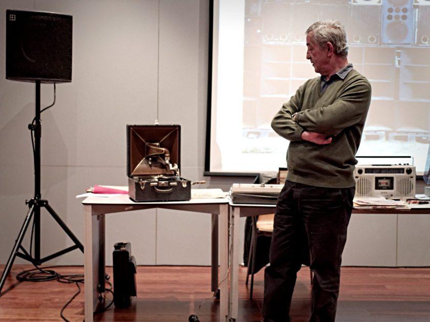 José Manuel Costa y los reproductores de sonido exhibidos durante durante el Festival Volumen celebrado en La Casa Encendida. Fotografía de Luis F. Roncero.