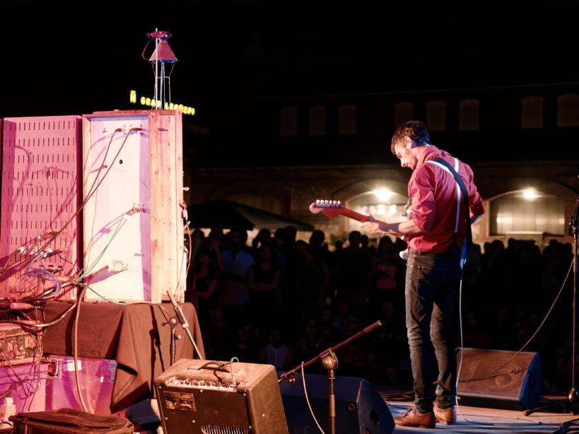 Cabo San Roque en directo: Roger Aixut y Tres Tristes Truenos con el público de fondo. En el Festival Frinje de Matadero Madrid. Fotógrafo: Luis F. Roncero.