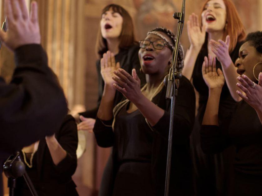 Mujer marcando el ritmo con palmas. Concierto navideño del coro Gospel Factory en la Parroquia de Nuestra Señora de las Victorias de Madrid. Fotografía de Luis F. Roncero.