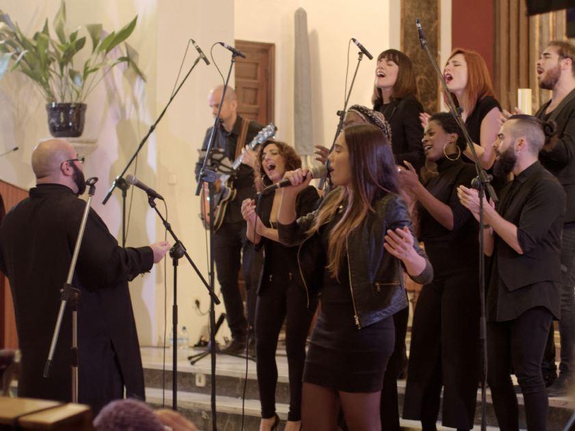 Mujer cantando un solo de gospel. Concierto navideño del coro Gospel Factory en la Parroquia de Nuestra Señora de las Victorias de Madrid. Fotografía de Luis F. Roncero.