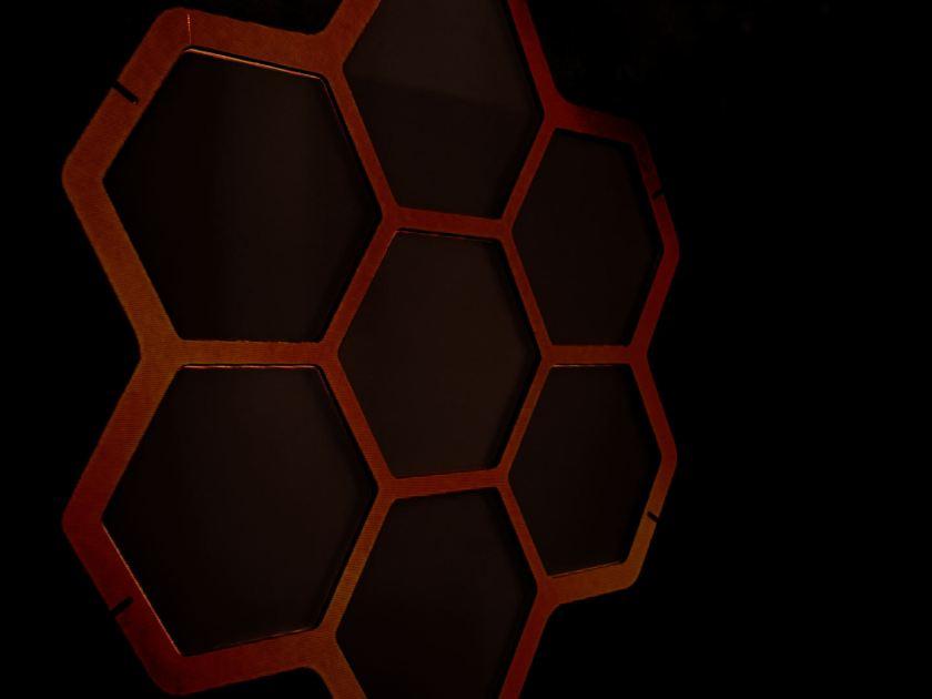 Pantalla de estructura de hexágonos. Instalación de videomappung realizada por el colectivo AVFLOSS en Medialab Prado. Fotografía de Luis F. Roncero.
