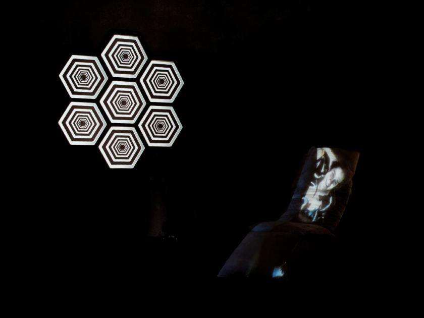 Proyección de video mapping sobre estructura de panal. Instalación de videomappung realizada por el colectivo AVFLOSS en Medialab Prado. Fotografía de Luis F. Roncero.