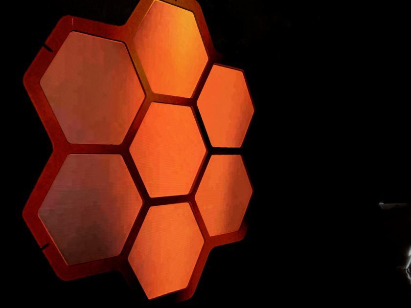 Proyección sobre estructura de hexágonos. Instalación de videomappung realizada por el colectivo AVFLOSS en Medialab Prado. Fotografía de Luis F. Roncero.