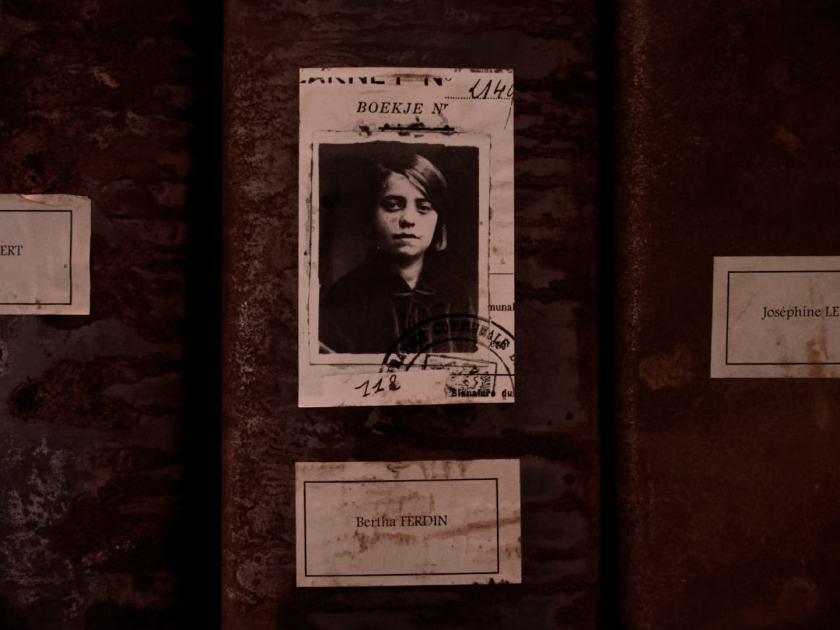 Imagen de Bertha Ferdin, trabajadora de Grand-Hornu. Les registres du Grand-Hornu. Una instalación de Christian Boltanski en El Instante Fundación, Madrid. Fotografía de Luis F. Roncero.