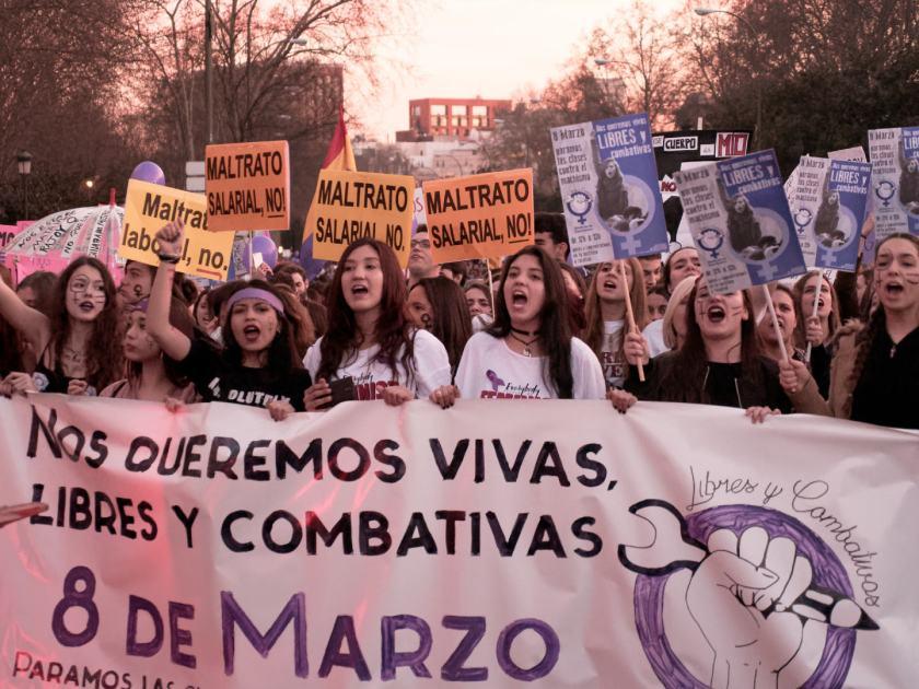 """Feministas tras pancarta contra la violencia machista: """"Nos queremos vivas, libres y combativas"""" Manifestación del Día Internacional de la Mujer en Madrid. Fotografía de Luis F. Roncero."""