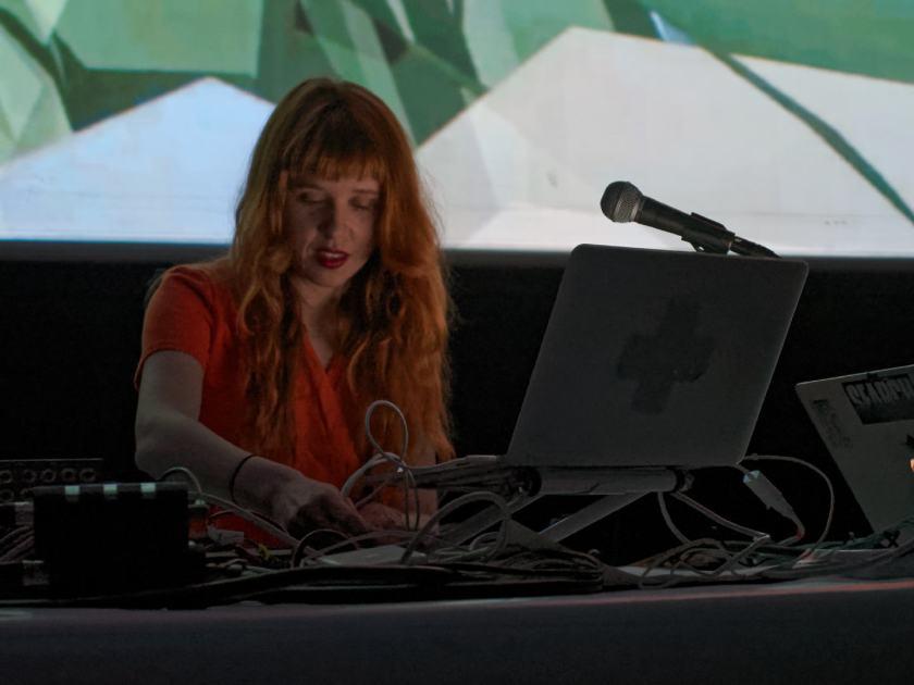 Holly Herndon en directo. Concierto del festival Electrónica en Abril de La Casa Encendida, Madrid. Fotografía de Luis F. Roncero.
