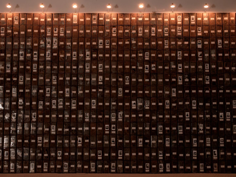 Les registres du Grand-Hornu. Una instalación de Christian Boltanski en El Instante Fundación, Madrid. Fotografía de Luis F. Roncero.