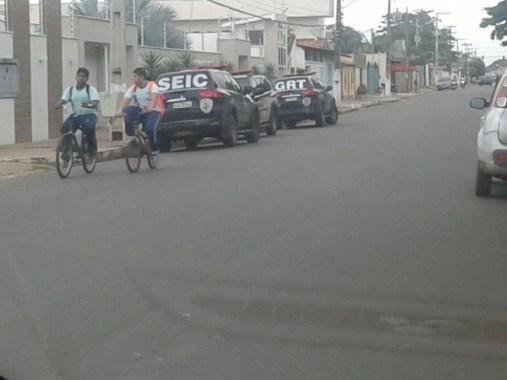 Carros da polícia na residência do ex-prefeito de Bacabal