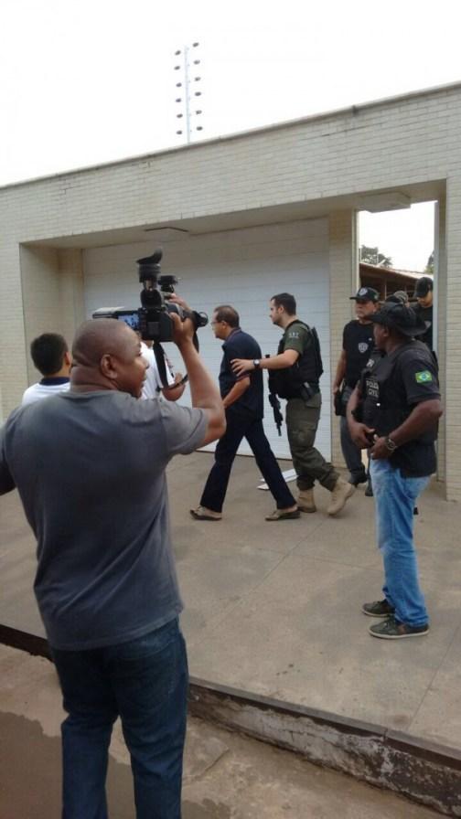 Ex-prefeito Raimundo Lisboa sendo preso em casa