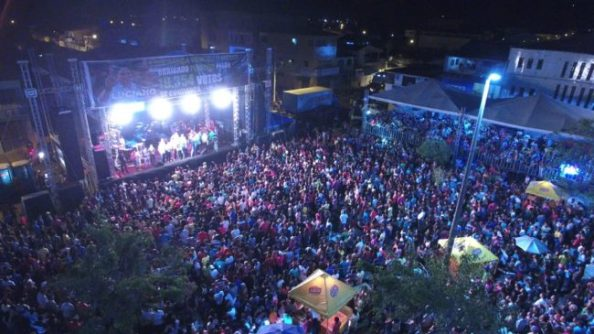 Multidão comparece na festa da vitória de Luciano Genésio