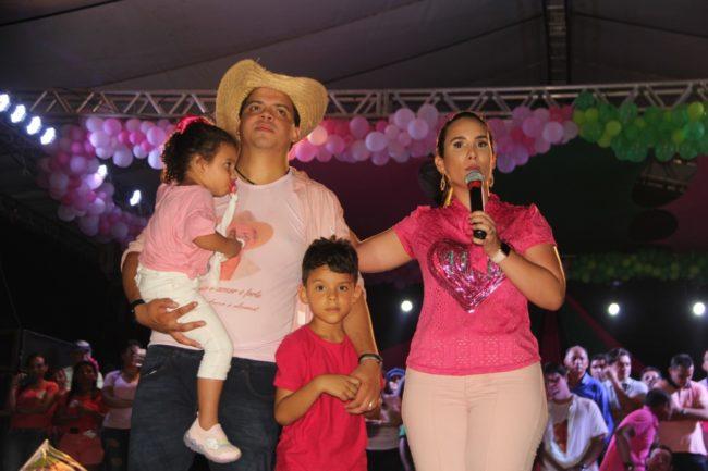 Thaiza Hortegal ao lado da família em seu último ato de campanha