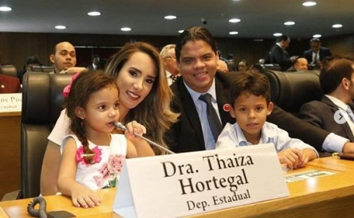 Deputada Thaiza Hortegal em seu assento no plenário da Assembleia na companhia da sua família