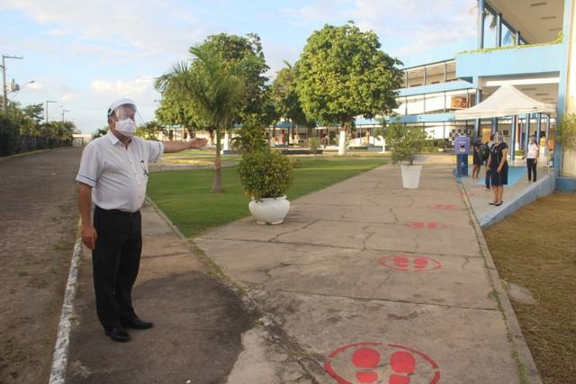 Escola fez marcações no chão para garantir o distanciamento durante a entrada