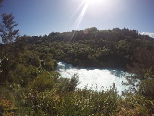Die Huka Falls von einer etwas erhöhten Sicht! Die durchströmende Wassermenge ist einfach der Wahnsinn!