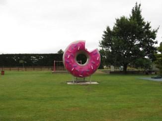 Steht da einfach mal mitten in der City ein Donut!