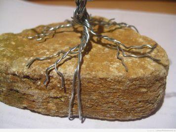 Druciane korzenie na krawędzi skały