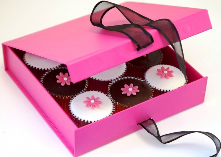Cerise Gift Box of 9 Flower Cupcakes by Caketoppers - review and giveaway at https://lukeosaurusandme.co.uk