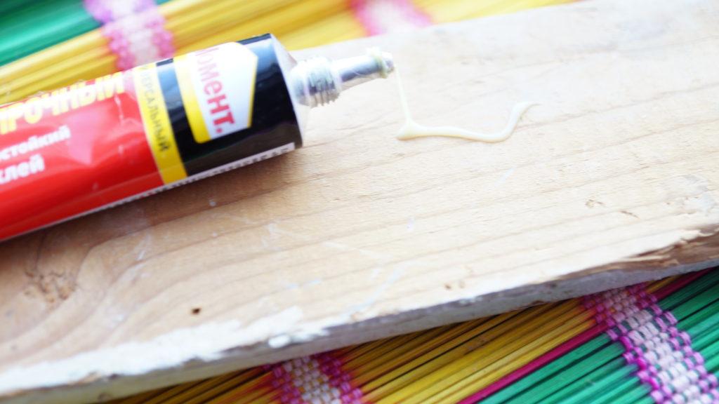 клей на деревянной поверхности