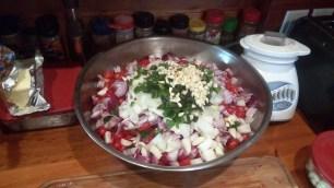 Eine riesige Schüssel voller Tomaten, Paprika, Zwiebeln, Honig, Essig und Salz. Das wird später mal Letscho!