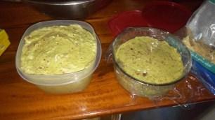 Mmmh, Guacamole! Zwei grosse Schalen voll zermatschter Avocado mit Zwiebeln, Knoblauch, Tomaten, Orangensaft und Gewuerzen.
