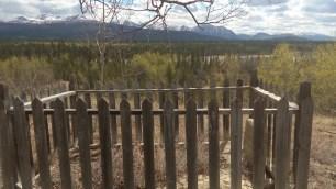 Das Grab bietet eine wunderschoene letzte Aussicht auf ein Flusstal mit Bergen im Hintergrund.