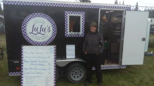 Auch Lulu's Foodtruck speiste die Hungrigen mit verschiedenen Malzeiten. Die Eigentuemerin heisst ueberigens Cathie! Warum?!