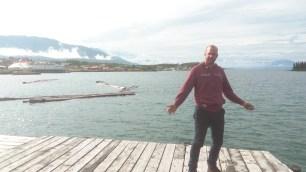 Richard vor beeindruckender Landschaft des Atlin Lake