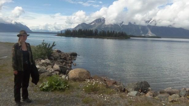 Ich geniesse die Landschaft am See.